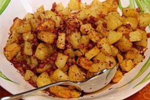 Gebakken aardappelplakjes met ui en spek