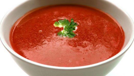Heerlijke tomaat-paprikasoep met groente uit de oven