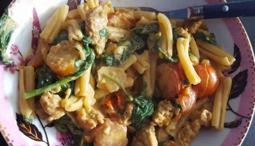 Makkelijke pasta met spinazie en paprika-roomsaus